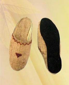 Close triangular beads slipper